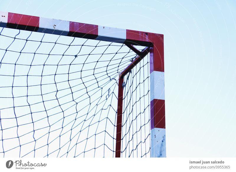 Fußballtor Sportgeräte, Straßenfußball in Bilbao Stadt, Spanien Tor Seil Netz Feld Fußballfeld Gerät spielen Spielen Verlassen alt Park Spielplatz im Freien