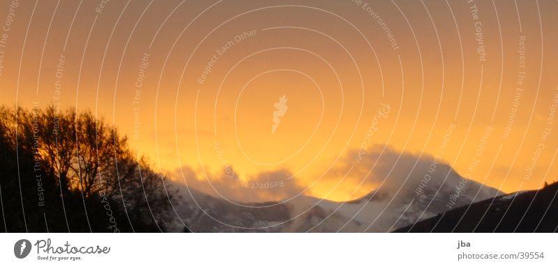 Abendorange_1 Sonne Wolken Berge u. Gebirge grau orange Abenddämmerung