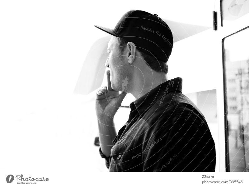 ich hör gerade auf! Lifestyle Stil maskulin Junger Mann Jugendliche 1 Mensch 18-30 Jahre Erwachsene Stadt Mode Hemd basecap Baseballmütze Denken Rauchen träumen