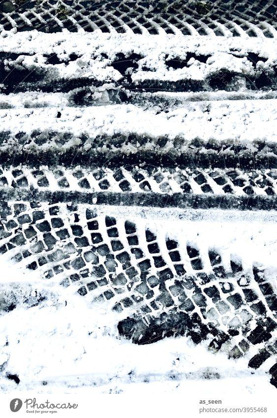 Reifenspuren im Schnee Spuren Winter kalt weiß Außenaufnahme Menschenleer Eis Frost Tag Schneespur Kontrast Schwarzweißfoto Schneedecke Wege & Pfade Fußspur
