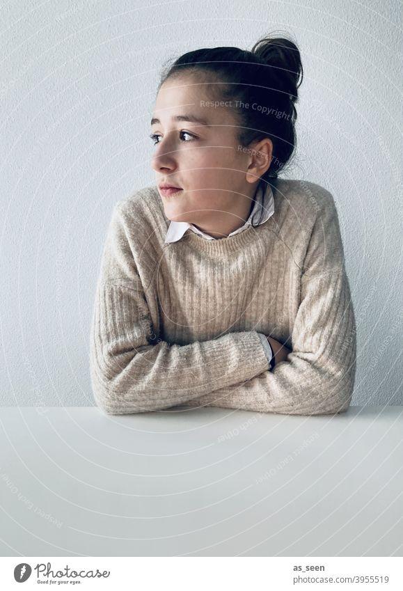 Melancholie Mädchen Tisch Langeweile Lockdown Pullover Dutt dunkelhaarig traurig 1 Jugendliche feminin schön Haare & Frisuren Gesicht Halbprofil Blick