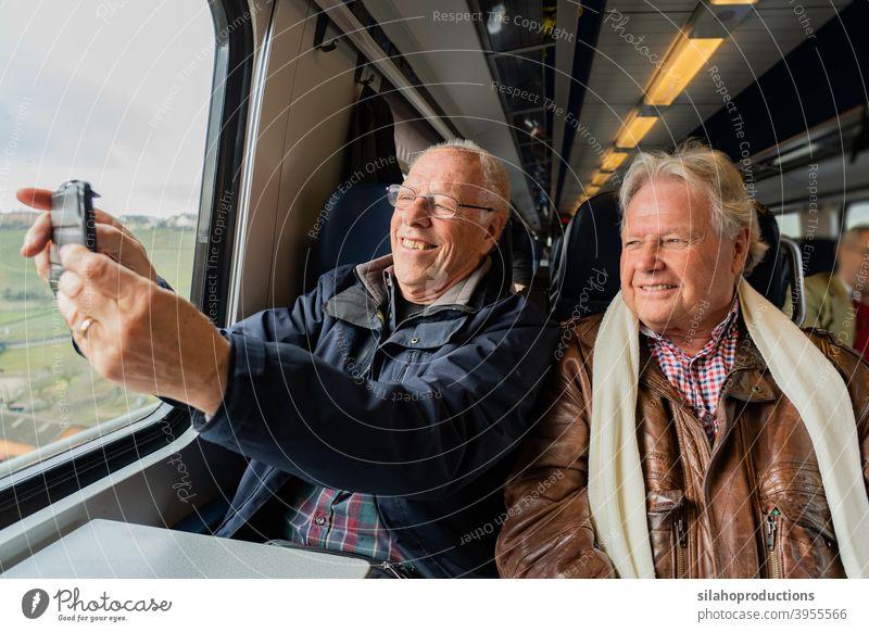 Ältere Männer machen ein Selfie im Zug. Rentnerin Porträt Person Erwachsener älter Glück Gesicht Menschen Hände Ruhestand Lebensalter in den Ruhestand getreten