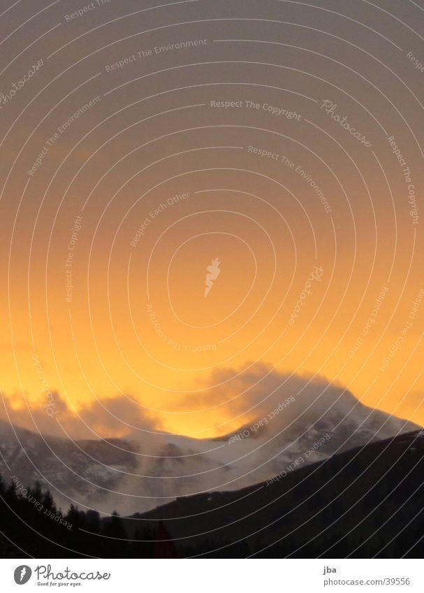 Abendorange Himmel rot Wolken Berge u. Gebirge grau Abenddämmerung Verlauf