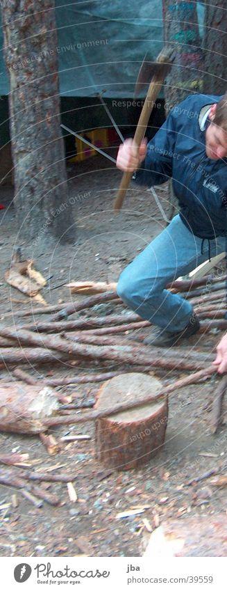 Holzhacker Mann Baum Wald Schwung Zelt Lager Feuerstelle zerkleinern Axt