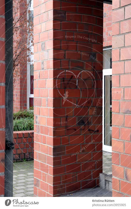 kreideherz auf ziegelstein herzchen symbol symbolisch zeichen liebe gefühl gemalt streetart haus fassade gebäude architektur draußen verliebt romantik