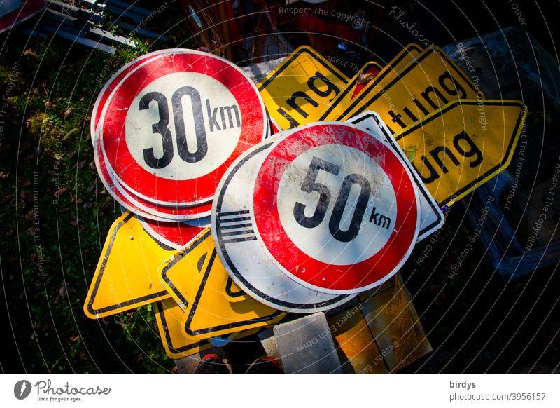 Viele Verkehrsschilder liegen übereinander auf dem Boden, Geschwindigkeitsbegrenzung 30 km/h, 50 km/h, Umleitung Stadtverkehr viele Straßenverkehr