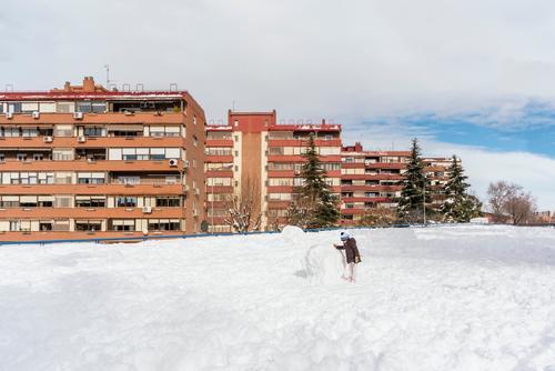 Kleines Mädchen spielt mit einem großen Schneeball in der Nachbarschaft. Gesicht Dezember Schneefall hübsch Baby Nizza reisen 1 Winter Freude Hut Saison