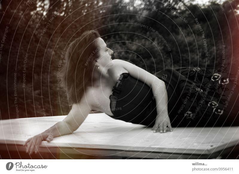 bitti liegt mal wieder ... Frau langhaarig liegen umdrehn Blick nach hinten zurückschaun Kleid schulterfrei modeln Model räkeln lasziv Sonnendeck brünett