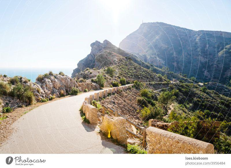 schöner Wanderweg entlang steiler Klippen am Meer im Naturpark 'Serra Gelada' in Albir, Spanien albir mediterran Ufer MEER Costa Blanca Berge u. Gebirge
