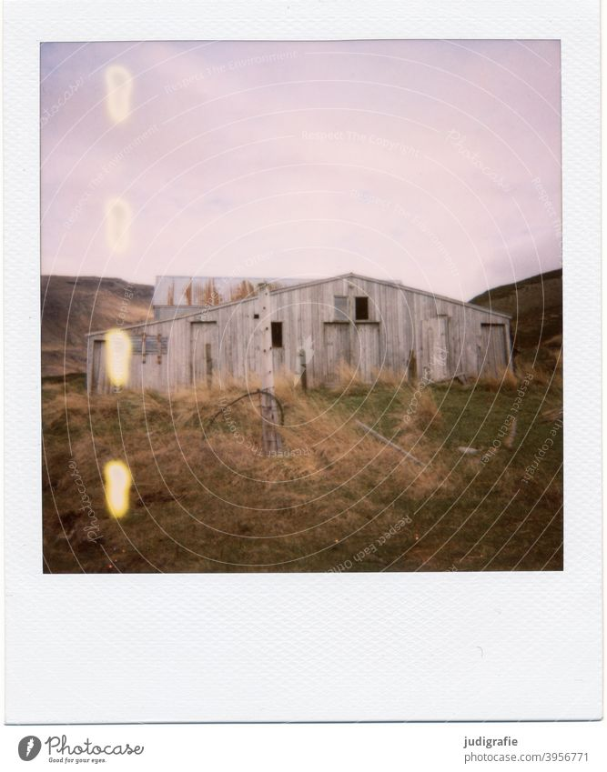 Isländisches Haus auf Polaroid Hütte Island Schuppen Scheune Holz Tür Fenster Eingang Einsamkeit Natur Menschenleer Gebäude