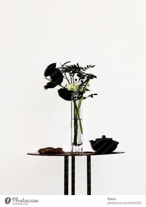Angeblitzter Blumenstrauß Vase Tisch Blüte Teekanne Handschuhe Ranunkel Wand Halskette