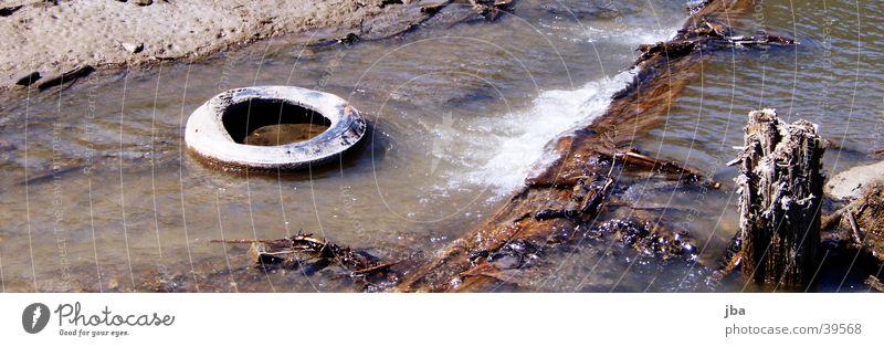 Pneu unter Wasser See dreckig nass Industrie feucht Reifen getrocknet Seegrund