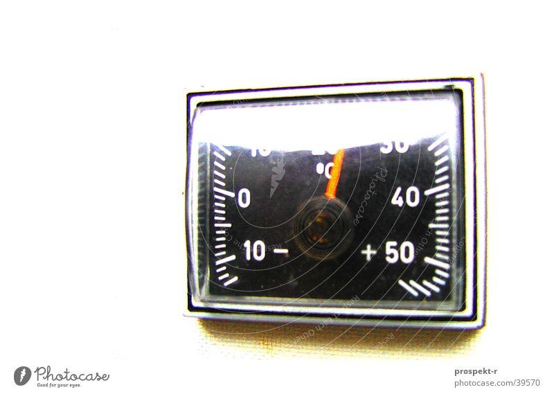Temperatur 24 Grad Celsius 10 20 30 40 50 schwarz weiß Makroaufnahme Nahaufnahme PKW Anzeige