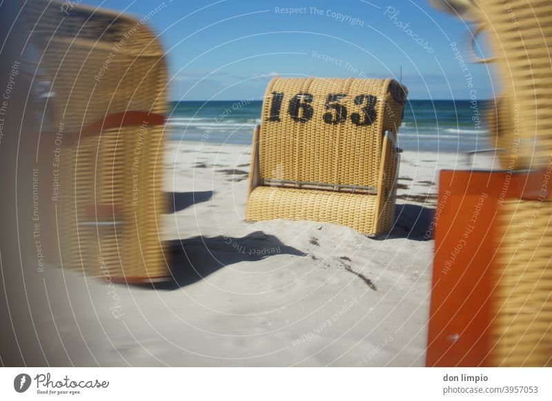 Strandkörbe wild positioniert an einem leeren Ostseestrand Strandkorb 1653 Ostseeurlaub Unschärfe Kalifornien Norden Küste Ferien & Urlaub & Reisen