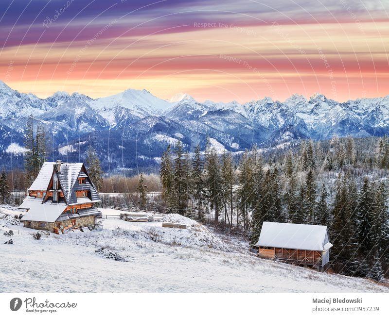 Scenic Sonnenuntergang über Tatra-Gebirge, Polen. Berge Sonnenaufgang Landschaft schön Winter Schnee Himmel Zakopane Dorf Gebäude Hütte Saison reisen Europa