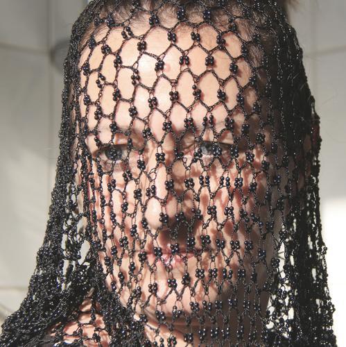 durchsichtig - Gesicht einer Frau, das mit einem schwarzen Netz bedeckt ist Mensch Erwachsene Kopf Netzwerk Schutz Muster Struktur Blick Schüchternheit