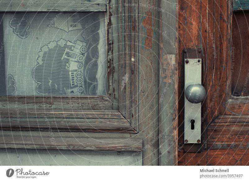 Alte Holztür und Fenster mit Kindergardine Tür alt Farbfoto Menschenleer Außenaufnahme Detailaufnahme Schloss Eingangstür Griff geschlossen Gardine