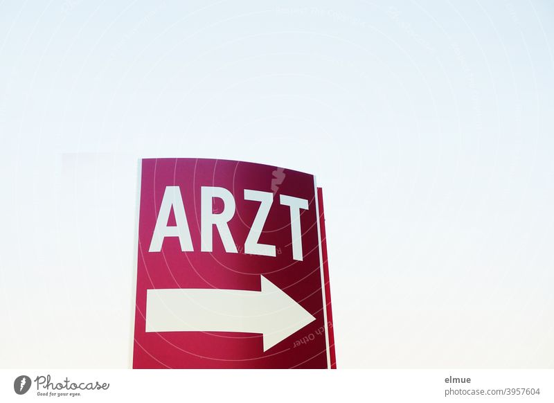 """auf dem weinroten Schild steht in weiß """"ARZT"""" über einem großen weißen Pfeil / Notfall / Orientierung Hinweis Hinweisschild Arzt Kennzeichnung Hilfe"""