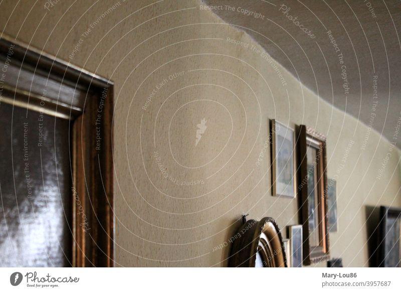 Bilderrahmen an schiefer Wand gold alt retro stilvoll altes Haus Rahmen Menschenleer Kunst Dekoration & Verzierung dekorativ Innenaufnahme Innenarchitektur