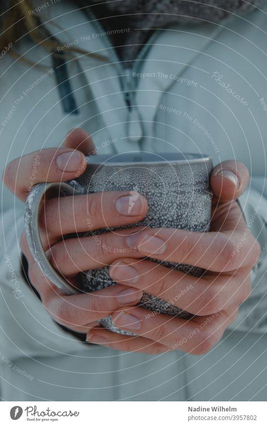Teatime Tee Tasse Hände halten Frau Kaffee Becher gemütlich Hand Getränk Nahaufnahme Heißgetränk genießen heiß Pause Farbfoto Lebensmittel Kaffeepause