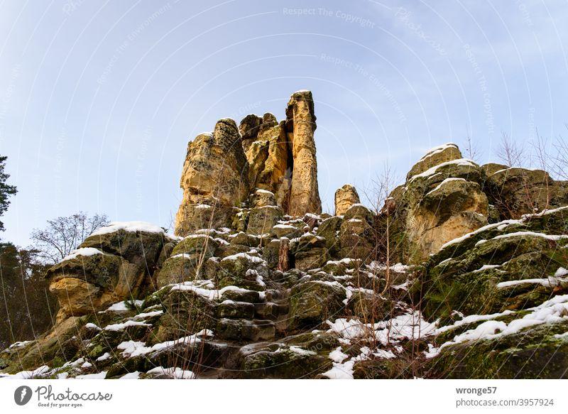 Ein wenig Schnee liegt auf dem 5 Fingerfelsen in den Klusbergen bei Halberstadt Winter winterlich Felsen 5 Fingerfesen Fünf Fingerfelsen Sandsteinfelsen kalt