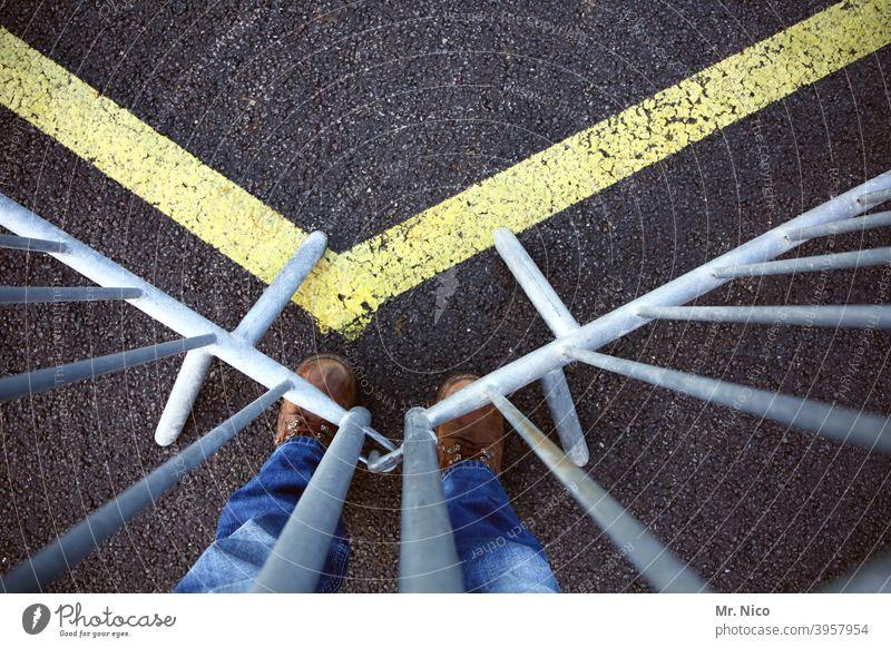 Absperrgitter Absperrung Barriere Sicherheit Schutz Gitter Metall Baustelle Linie Beine Schuhe gesperrt Durchgang verboten Verbot für Fußgänger Durchgangsverbot
