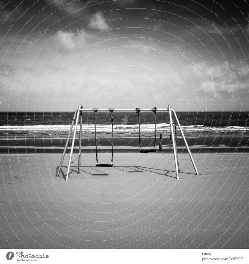 Schaukelspaß. Für Groß und Klein. Himmel Ferien & Urlaub & Reisen Wasser Sommer Sonne Meer Einsamkeit Landschaft Wolken Strand dunkel Spielen Frühling Küste Sand Metall