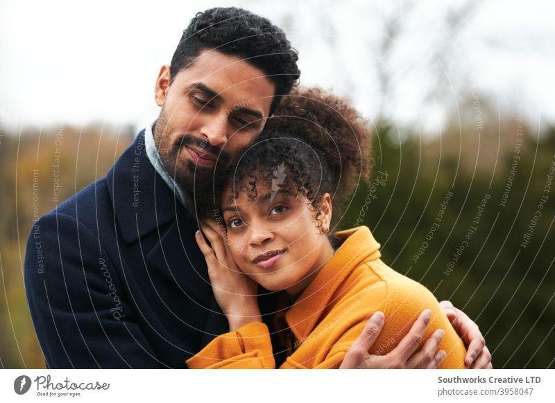Porträt von liebenden Paar im Freien Spaziergang durch Herbst Landschaft zusammen junges Paar laufen Romantik romantisch Liebe liebevoll Natur fallen Winter