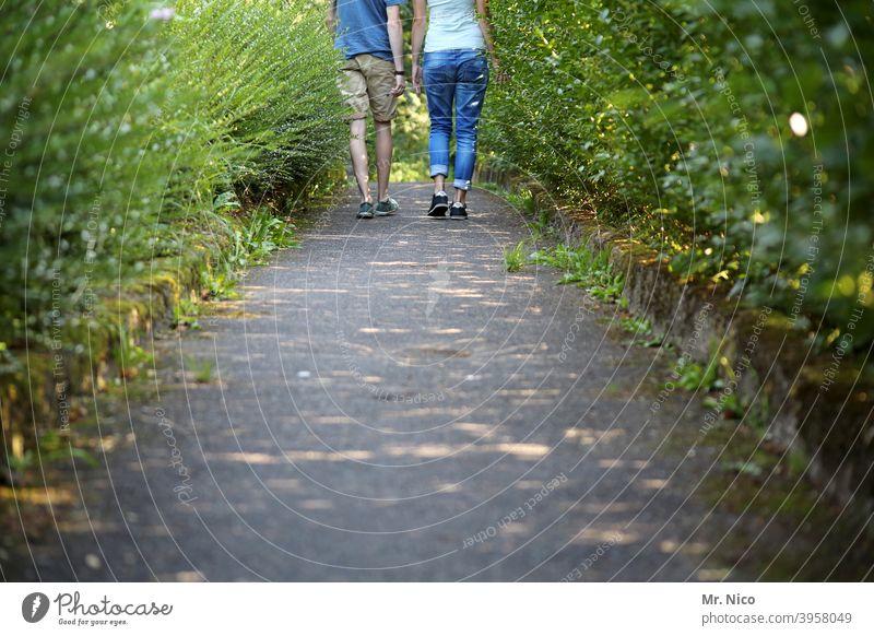 zusammen durch dick und dünn Paar 2 Partner Natur Umwelt Park Wege & Pfade Sträucher Freundschaft Verliebtheit Liebe Zusammensein Romantik Treue Hand in Hand