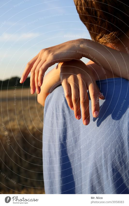 Partnerschaft Paar Liebe Umarmen Hand Finger Sympathie Warmherzigkeit 2 Freundschaft Zusammensein Romantik Verliebtheit Glück Treue berühren Sommer Gefühle