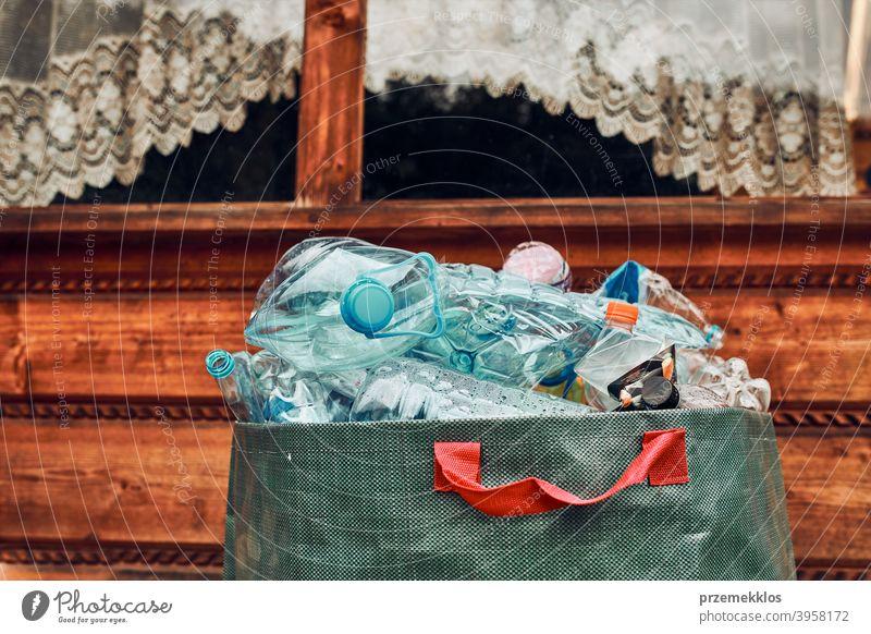 Plastikflaschen in großem Container gesammelt. Haufen von Plastikflaschen, Bechern, Tüten zum Recycling gesammelt Behälter Flasche abholen sammelnd Textfreiraum