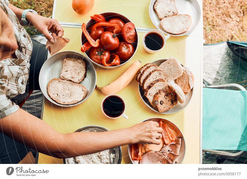 Frühstück in den Sommerferien auf dem Campingplatz zubereitet authentisch wirklich Banane gekochtes Fleisch langsames Leben Tischdecken im Freien