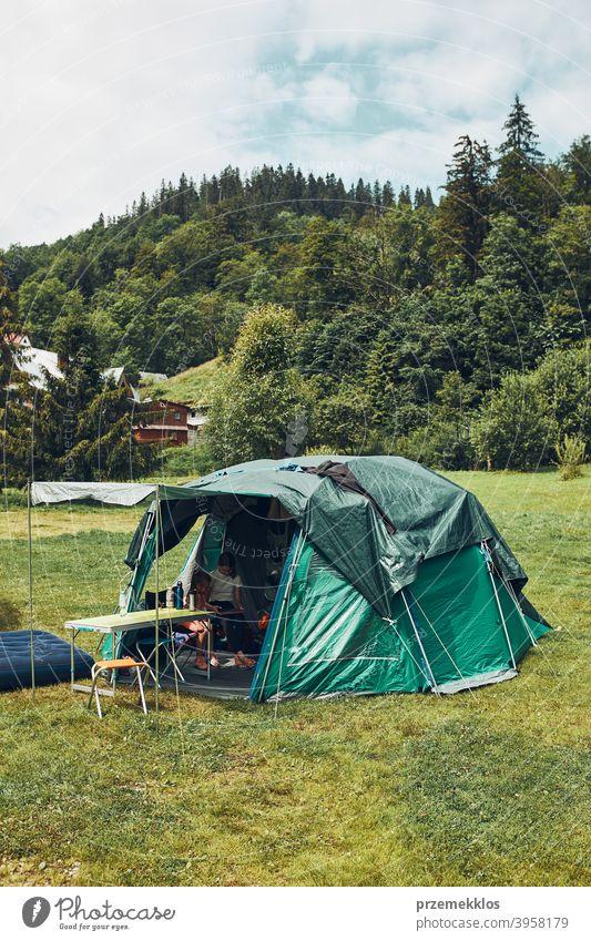 Zelt mit Menschen im Inneren stehen auf dem Campingplatz. Familie lebt in einem Zelt verbringen Sommerurlaub in den Bergen Tourismus Erholung natürlich Leben