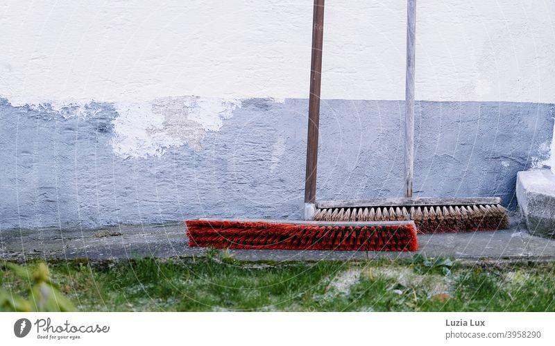 Schwabenland, Kehrwoche, Vorgartenansicht: 2 nagelneue Besen stehen bereit, den Gehweg blitzblank zu fegen kehren Sauberkeit Besenstiel Ordnung Kehren Reinigen
