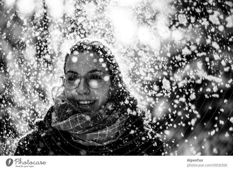 Schnee Fe Frau Junge Frau 18-30 Jahre Winter Außenaufnahme kalt Porträt schön Jugendliche Mensch Erwachsene Gegenlicht Schwache Tiefenschärfe Schneefall