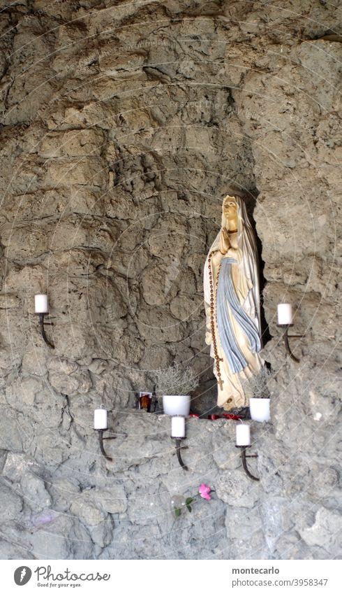 Zeitgeschichte | Die ewige Glaubensfrage Außenaufnahme Tag Farbfoto Heiligenfigur Tod Friedhof Gebet Katholizismus Religion & Glaube Moral Hoffnung Reinheit