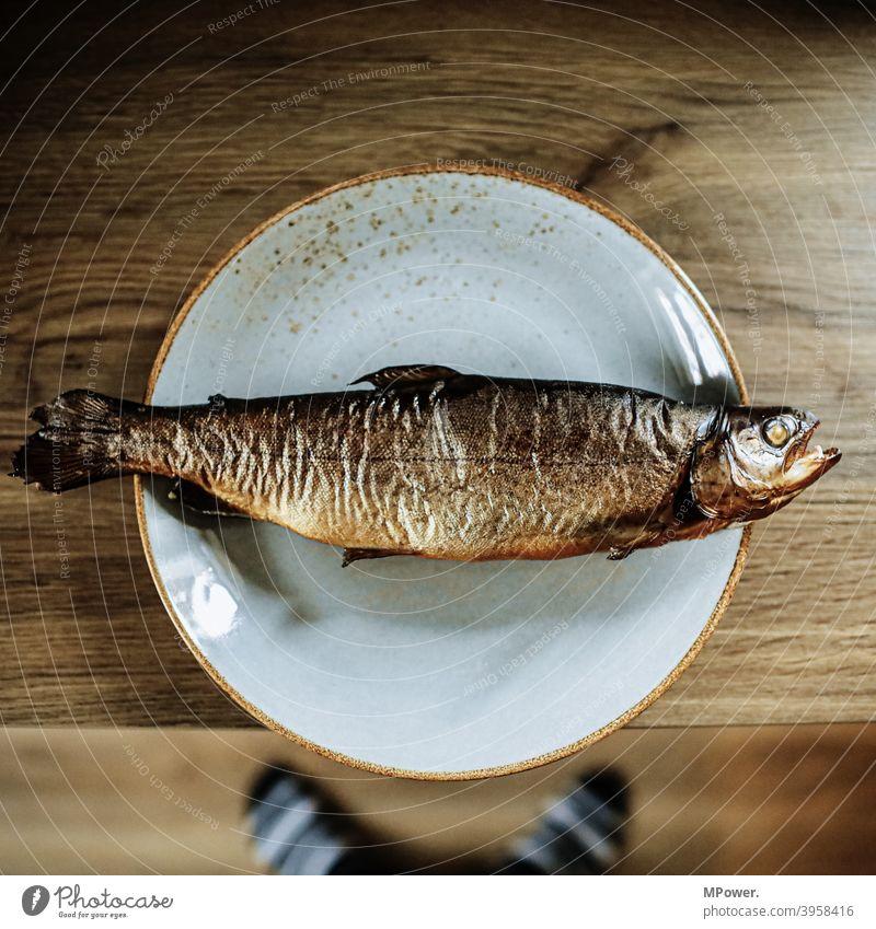 rauchfisch (antivegan) Fisch Räucherfisch Forelle Lebensmittel Ernährung geräuchert Räucherforelle Totes Tier lecker frisch Detailaufnahme Teller Tellerrand