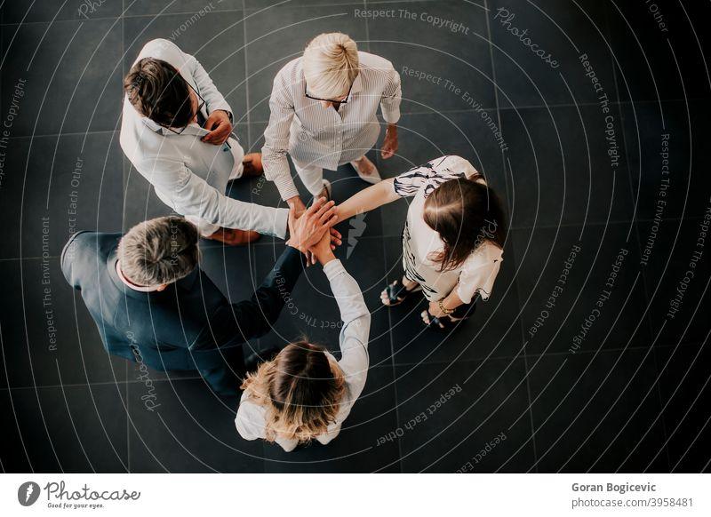 Hände über Hände als Teamkonzept Vereinbarung Hintergrund Armband Business Nahaufnahme Zusammenarbeit Gemeinschaft Konzept konzeptionell verbinden Anschluss