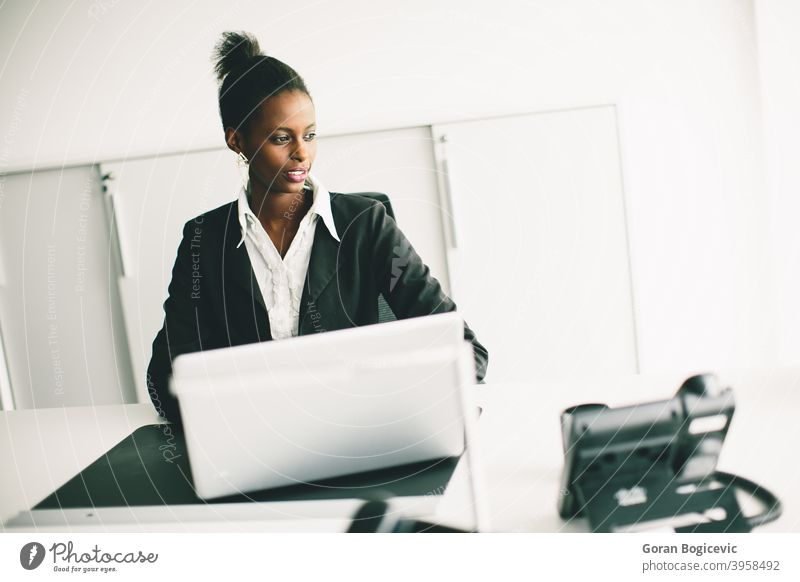 Junge Frau im Büro Schreibtisch Person Erwachsener Sitzen Computer schwarz Afrikanisch jung Beruf professionell arbeiten Blick im Innenbereich 20s korporativ