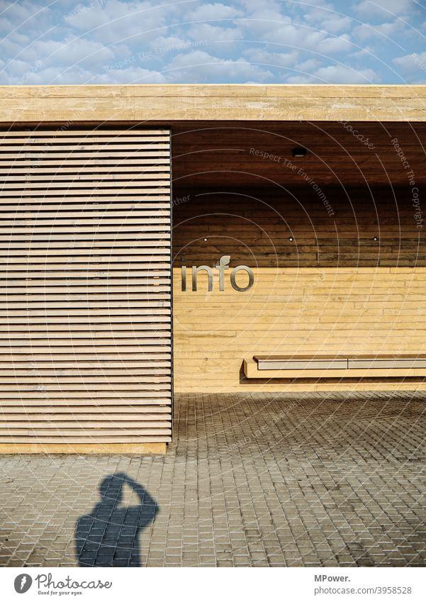 zur info Information informieren Informationsaustausch Schatten Bushaltestelle Bushäuschen Bank gerade Linien Holz Außenaufnahme Kommunizieren Schriftzeichen
