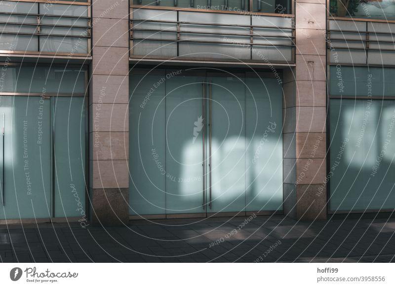 geschlossenen Geschäft in der Innenstadt konkurs Pleite gehen Immobilienmarkt schließung Fenster Bankrott Laden covid-19 Pandemie geschäftswelt