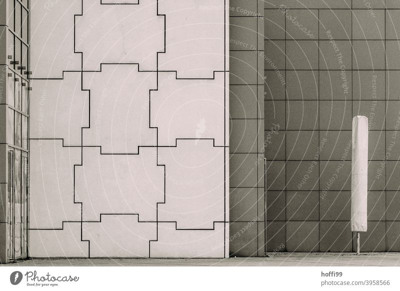 ein geschlossener Sonnenschirm vor moderner Fassade - Winterpause Stillstand Herbst Minimalismus leerer Ort Leere puzzel Gebäude komplex minimalistisch