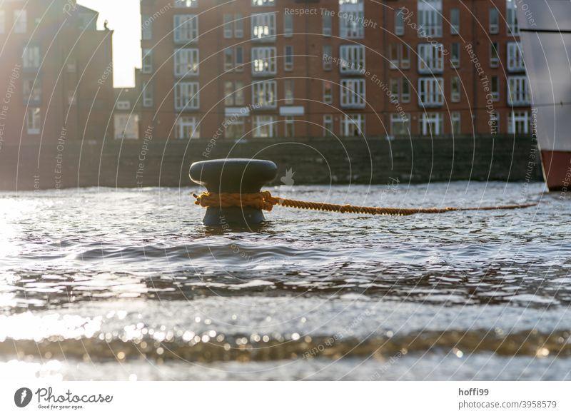 Hochwasser überschwemmt die Uferpromenade Fluss Springtide Überschwemmung Flut springflut Wasser Klimawandel nass Poller festmachen Schifffahrt Schiffsbug
