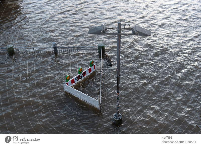 Hochwasser überschwemmt die Baustellenabsperrung Flut springflut baustellensicherung Wasser Überschwemmung Fluss nass Klimawandel Unwetter Natur Uferpromenade