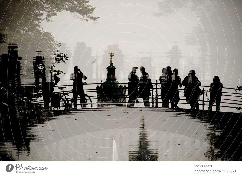gespiegelte gusseiserne Besucher im Karpfenteich Sehenswürdigkeit Schloss Charlottenburg historisch Wege & Pfade Reflexion & Spiegelung Weltkulturerbe