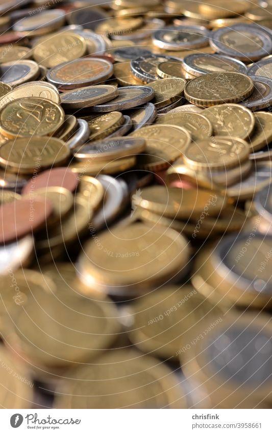 Münzen Euro geringe Schärfentiefe münze euro cent geld reichtum armut zaster kohle Geldmünzen Kapitalwirtschaft Bargeld kaufen Wirtschaft corona umwelt