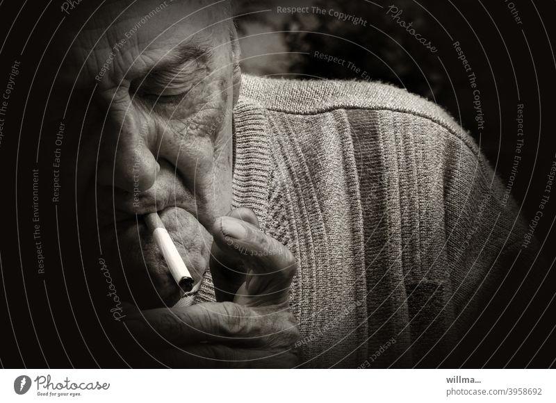 Wer die Gewohnheit sucht, bei dem wird schnell die Sucht zur Gewohnheit. rauchen Senior Zigarette Raucher alter Mann Greis anzünden Porträt Nikotin Genussmittel