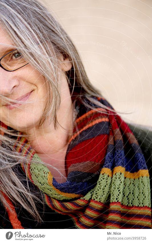 halbes Portrait mit Schal Accessoire Gesicht feminin Porträt Frau Haare & Frisuren grauhaarig Brille Strähne Haut Mode natürlich Gelassenheit Ausdruck