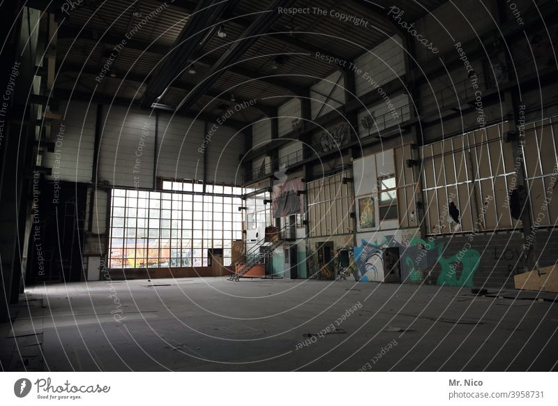alte Fabrikhalle Architektur Gebäude Bauwerk Raum Halle verlassen Lagerhalle dreckig Industriehalle Fenster dunkel verfallen leer Industrieruine Abrissgebäude