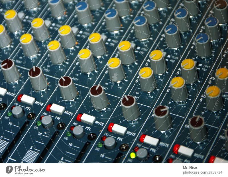 Mischpult Regler Diskjockey Musikmischpult laut gelb Ton schieben Klang Tonstudio HiFi Lautstärke amp Tontechnik Tonaufnahme Veranstaltungstechnik Mischer